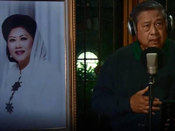 Susilo menyampaikan lagu Seruling dari Lembah Sunyi di sebelah potret arwah isterinya.