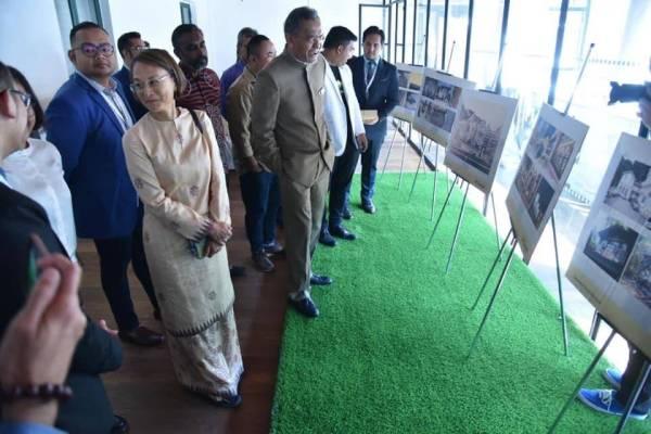 TETAMU kehormat dibawa melawat pameran berkaitan yang disediakan.