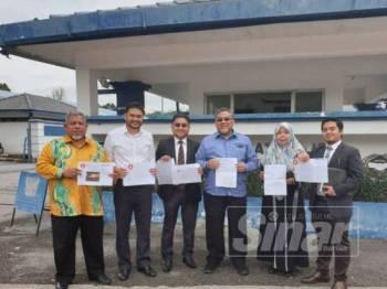 Zulkefly (empat dari kiri) dan Norwani (dua dari kanan) membuat laporan polis berhubung tuduhan fitnah terhadap mereka di Facebook.