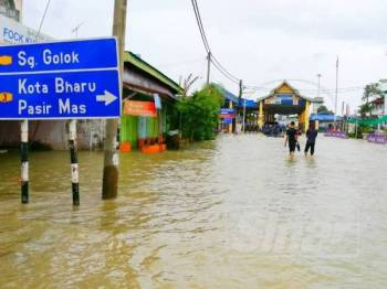 Keadaan banjir di Rantau Panjang pada petang tadi.