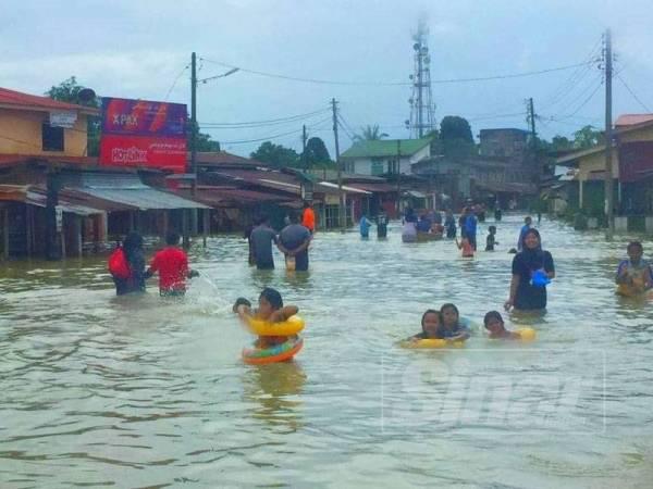 Pekan Rantau Panjang bertukar menjadi taman tema air terbuka sejurus kawasan itu ditenggelami banjir sejak kelmarin.