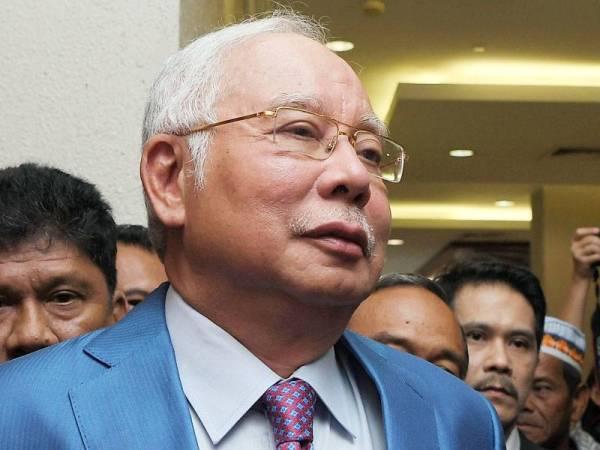 Najib tiba di Kompleks Mahkamah Kuala Lumpur hari ini, bagi memberi keterangan membela diri buat pertama kalinya berhubung tujuh pertuduhan menyeleweng RM42 juta daripada dana SRC International Sdn Bhd. -Foto Bernama