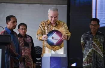 Sultan Nazrin Muizzuddin Shah (dua dari kanan) berkenan melancarkan Kemahiran Malaysia 2.0: Kemahiran Untuk Semua Ke Arah Pekerjaan Kolar Baharu di Institut Latihan Perindustrian Ipoh hari ini. Turut hadir Kula Segaran (kiri) dan Menteri Besar Perak, Datuk Seri Ahmad Faizal Azumu (kanan). -Foto Bernama