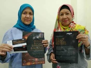 Zohara (kiri) dan Sabariah menunjukkan tiket serta poster Konsert Amal 'Malam Bulan Dipagar Bintang' bakal diadakan 7 Disember ini di Panggung Sari, Istana Budaya.