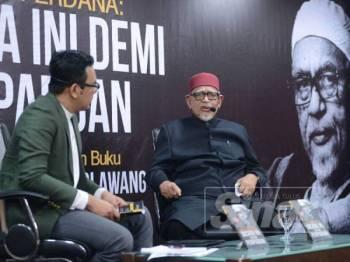Moderator, Saiful Nizam dan Abdul Hadi pada Pidato Datuk Seri Abdul Hadi Awang - Bicara Ini Demi Perpaduan di Dewan Karangkraf, Shah Alam malam tadi.
