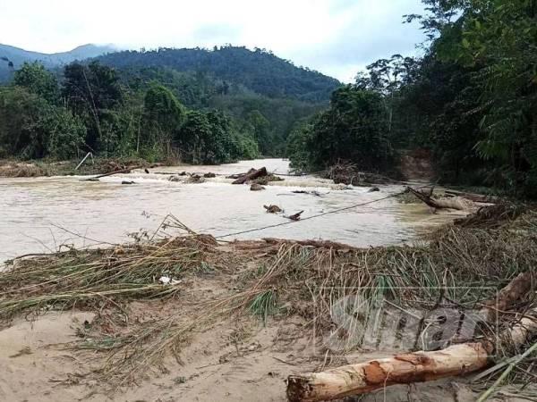 Air Sungai Sok dikatakan melimpah ke kawasan kampung menyebabkan lebih 20 rumah tenggelam.