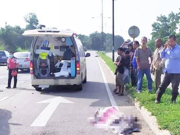 Mangsa disahkan meninggal dunia di tempat kejadian selepas motosikal ditunggang terbabit kemalangan di persimpangan lampu isyarat Sungai Soi, Jalan Kuantan-Pekan di sini, pagi tadi. Foto: Pembaca