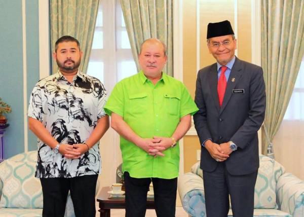 Sultan Johor Sultan Ibrahim Almarhum Sultan Iskandar berkenan menerima kunjungan Menteri Kesihatan Datuk Seri Dr Dzulkefly Ahmad (kanan) di Istana Pasir Pelangi hari ini. -Foto Bernama