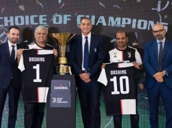 Sriram (dua dari kiri) bersama Tomas (kiri) bergambar bersama lagenda bola sepak Juventus, David Trezeguet selepas jalinan kerjasama tersebut.