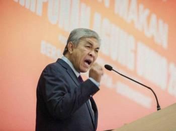 Presiden UMNO, Datuk Seri Dr Ahamd Zahid Hamidi berucap pada majlis makan tengah hari bersama Pemuda UMNO di Pusat Dagangan Dunia Putra (PWTC) di sini hari ini. - FOTO ZAHID IZZANI