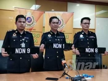 Azrin (tengah) menunjukkan antara nombor pendaftaran yang menjadi rebutan pada sidang akhbar di JPJ Negeri Sembilan hari ini.