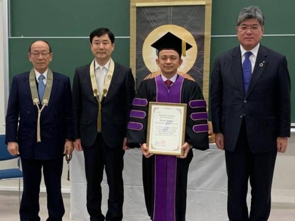 Maszlee bergambar kenangan bersama Isooka (dua dari kiri), Hasegawa (kiri) dan Sakamoto (kanan) selepas Majlis Anugerah Ijazah Doktor Kehormat daripada Dr Hasegawa di Universiti Shukutoku di Chiba, Tokyo hari ini.