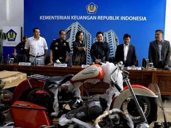Erick (dua dari kanan) hadir pada sidang media kes penyeludupan motosikal Harley Davidson dan basikal Brompton dalam pesawat Garuda di Jakarta semalam.