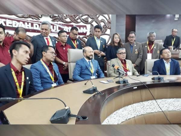 Mukhriz (duduk tengah) pada sidang media selepas Kongres KFA ke-44 di Wisma Darul Aman hari ini.