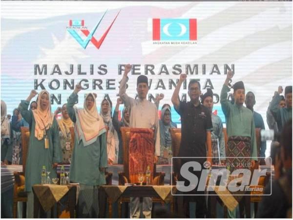 Azmin (tengah) bersama kepimpinan PKR lain pada Majlis Perasmian Kongres Nasional Tahunan Wanita dan Angkatan Muda Keadilan 2019 malam ini.