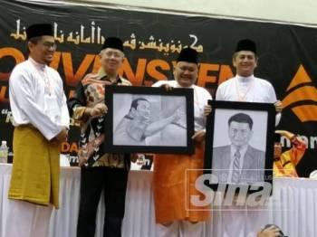 Salahuddin (dua dari kiri) menyampaikan anugerah khas kepada Mohd Sany serta Timbalan Ketua Pemuda Amanah Nasional, Muhammad Faiz Fadzil (kanan) sewaktu Majlis Perasmian Konvensyen Pemuda Amanah Nasional di Dewan Komuniti Batu Muda, Kampung Batu Muda, Kuala Lumpur malam ini.