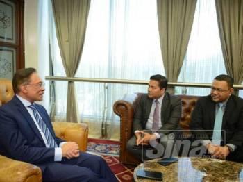 Wawancara eksklusif Anwar bersama Sinar Harian di Bangunan Parlimen di sini semalam. - Foto Sinar Harian MOHD IZARI ROSLI