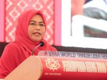 Noraini ketika menyampaikan ucapan dasar pada persidangan Wanita UMNO sempena Perhimpunan Agung UMNO 2019 di PWTC hari ini. - FOTO ZAHID IZZANI