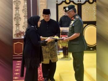 Al-Sultan Abdullah berkenan mengurniakan suratcara pelantikan kepada Rohana pada majlis Istiadat Mengadap dan Pengurniaan Suratcara Pelantikan Presiden Mahkamah Rayuan, Hakim Mahkamah Persekutuan, Hakim Mahkamah Rayuan dan Hakim Mahkamah Tinggi di Istana Negara hari ini. FOTO: BERNAMA