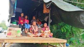 Marlina (kanan) bersama sebahagian 17 ahli keluarganya bersyukur masih ada tempat untuk berteduh.