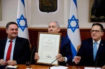 Perdana Menteri Israel, Benjamin Netanyahu (tengah) memegang pengisytiharan ditandatangani Trump yang mengiktiraf kedaulatan Israel di Bukit Golan. - Foto Agensi