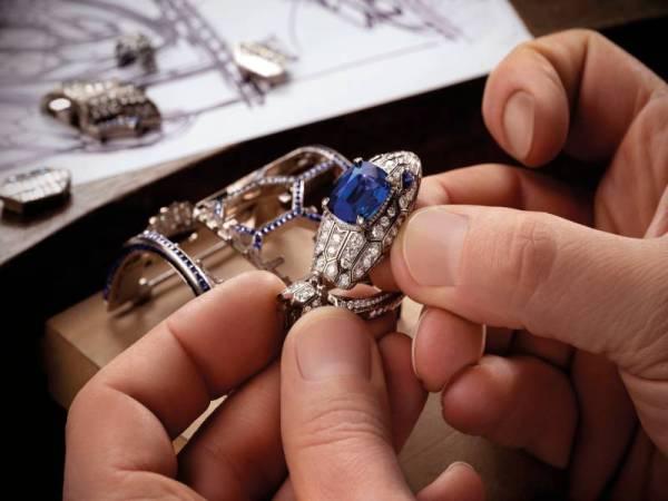 REKAAN jam tangan mewah Serpenti Misteriosi Romani yang melambangkan gladiator purba dan permata antik.