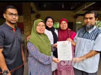 Noridzuan menyerahkan Sijil Pengesahan Halal Malaysia kepada wakil salah sebuah resort di Janda Baik pada satu majlis, kelmarin.