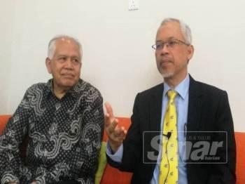 Prof Dr Ahmad Zainuddin (kiri) dan Mahmud ketika sidang media semalam.