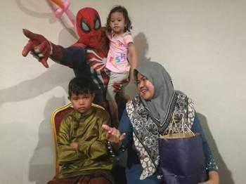 Tak makan pujuk.. Zairil Amri (duduk, kiri) menangis enggan dikhatankan kerana takut.