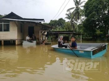 Sebuah kediaman dinaiki air di Kampung Pengkalan Ajal, Hulu Terengganu. - Foto NORHASPIDA YATIM