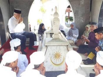 Tengku Mohamad Rizam (dua dari kiri) dan Tunku Noor Hayati (kiri) pada majlis tahlil dan bacaan doa di makam Tunku Abdul Rahman Putra Al-Haj.