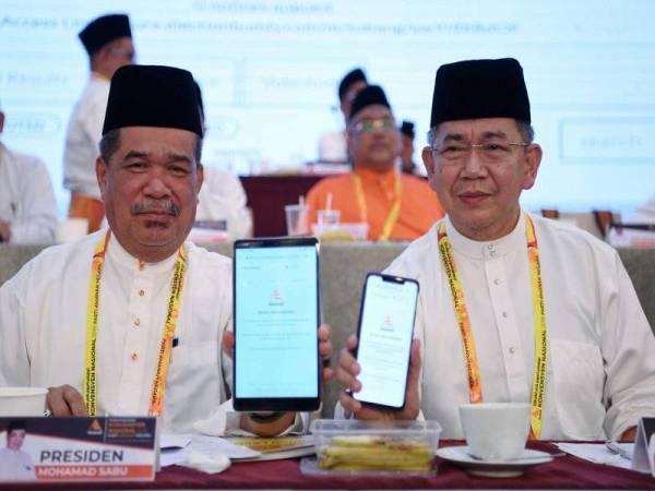 Mohamad Sabu (kiri) bersama timbalannya, Datuk Seri Salahuddin Ayub selepas selesai mengundi pemilihan Ahli Jawatan Tertinggi Parti menggunakan sistem e-voting sempena Konvensyen Nasional Parti Amanah Negara 2019 di IDCC Shah Alam, semalam. - Foto Bernama