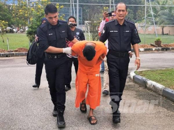 Tertuduh sebelum dibawa masuk ke Mahkamah Sesyen Kuala Terengganu pagi tadi.