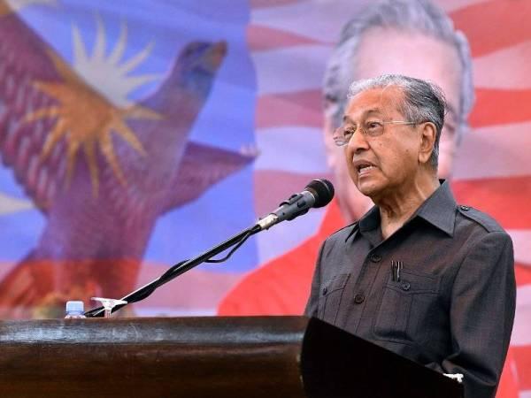 Dr Mahathir menyampaikan ucapan pada majlis Ramah Mesra bersama Jawatankuasa Pakatan Harapan (PH) dan Ketua-Ketua Pengerusi Majlis Pengurusan Komuniti Kampung (MPKK) Langkawi hari ini. Foto: Bernama