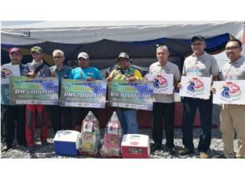 Zulkifly (tiga dari kiri) bergambar bersama pemenang pertandingan memancing di Kuala Sungai Baru semalam.