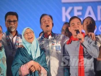 Anwar dan Dr Wan Azizah menyanyikan lagu Teman Sejati bersama Yasin pada hari terakhir Kongres Nasional PKR ke-14 tahun 2019 di MITC hari ini. - Foto Sinar Harian SHARIFUDIN ABDUL RAHIM