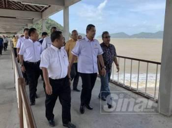 Sahruddin (tengah) meninjau jeti nelayan yang hampir dengan kawasan Pembangunan Tanjung Penyabong.