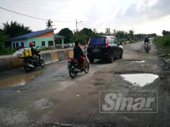 Keadaan jalan utama Kampung Lombong yang rosak teruk dan mengundang bahaya kepada pengguna.