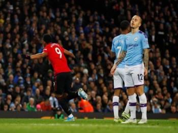 Reaksi pemain tuan rumah selepas Martial merobek gawang Manchester City di Stadium Etihad. - Foto: Premier League