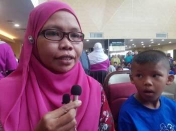 Khatilah bersama Amar Irfan ketika ditemui pada program Moh Khatan Weh anjuran KPJ Pahang Specialist Hospital di Tanjung Lumpur hari ini.