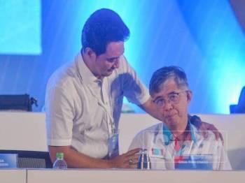 Majlis Pimpinan Pusat, Aznizam Huri kelihatan menenangkan Tian Chua yang diejek selepas berucap pada sesi penggulungan Kongres Nasional PKR Ke-14 Tahun 2019 di MITC hari ini. - Foto SHARIFUDIN ABDUL RAHIM