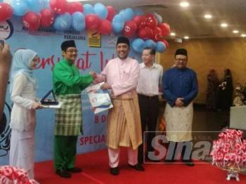 Syed Ibrahim (tiga dari kanan) menerima cenderahati dari Yayasan Pahang.