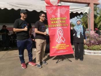 Zailiza (kanan) bersama Hasrolnizam (dua dari kiri) merasmikan sambutan Hari Aids Sedunia 2019 peringkat Daerah Hulu Langat di sini tadi.