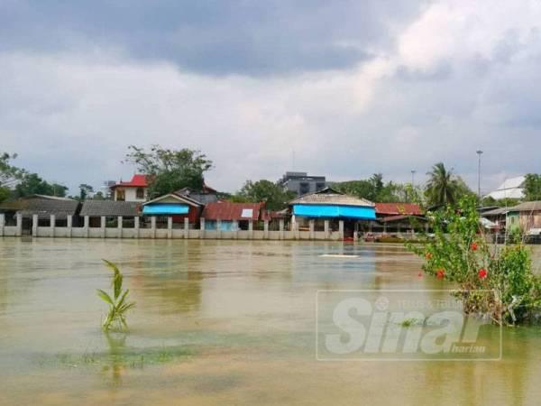 Pembinaan benteng setinggi 1.5 meter oleh kerajaan Thailand yang lengkap dengan CCTV itu terbukti memberikan impak negatif kepada penduduk di kawasan Rantau Panjang ketika banjir melanda kawasan itu baru - baru ini.