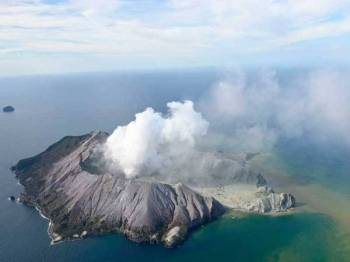 Pemandangan gunung berapi White Island di New Zealand susulan letusan secara tiba-tiba hari ini. - Foto George Novak/New Zealand Herald, via Associated Press