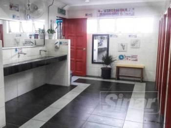 Tandas awam di Lurah Semantan bersih, harum dengan alunan muzik menyenangkan menarik perhatian pengguna.