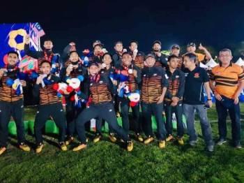 Pemain-pemain Rimau 7's bersama Shahrul Zaman, Saizul Hafifi dan barisan kejurulatihan meraikan kejayaan skuad negara meraih pingat perak pada Sukan SEA Filipina 2019.