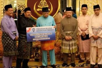 Sultan Sharafuddin menerima pembayaran zakat dari NEKMAT dalam satu majlis di Istana Alam Shah hari ini.