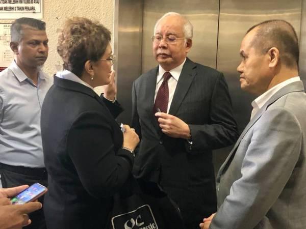 Najib ditemui di luar Mahkamah Kuala Lumpur hari ini.