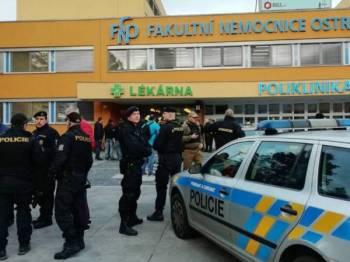 Polis berkawal di luar sebuah hospital universiti di Ostrava selepas lelaki bersenjata menembak mati enam individu. - Foto: Agensi
